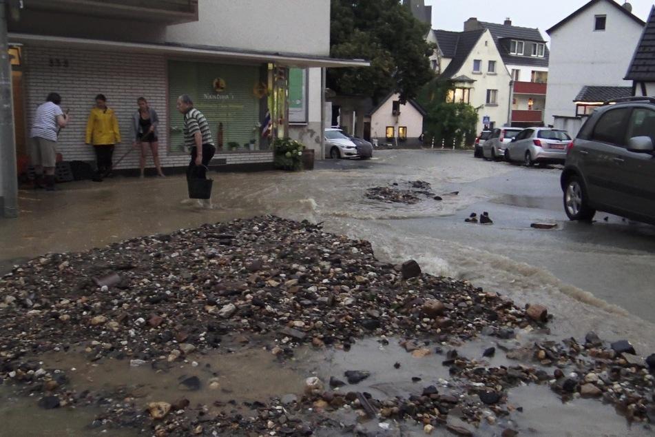 Zahlreiche Straßen wurden bei dem Unwetter in Bonn überspült.