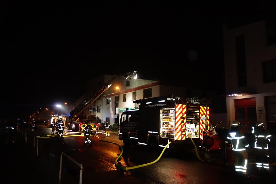 Verpuffung durch Kaminfeuer: Dachgeschosswohnung in Flammen