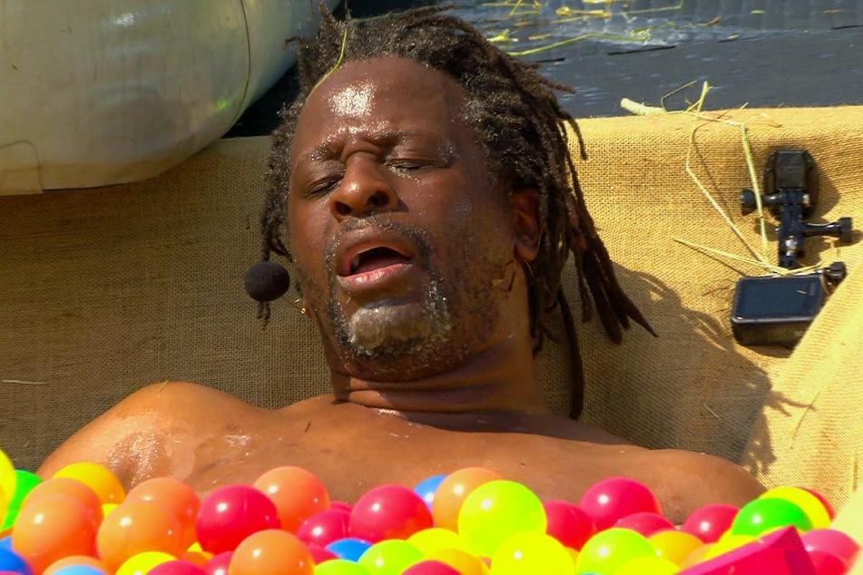 Mola Adebisi (48) am Ende seiner Kräfte: Nach der letzten Challenge hat er sich am Bein verletzt.