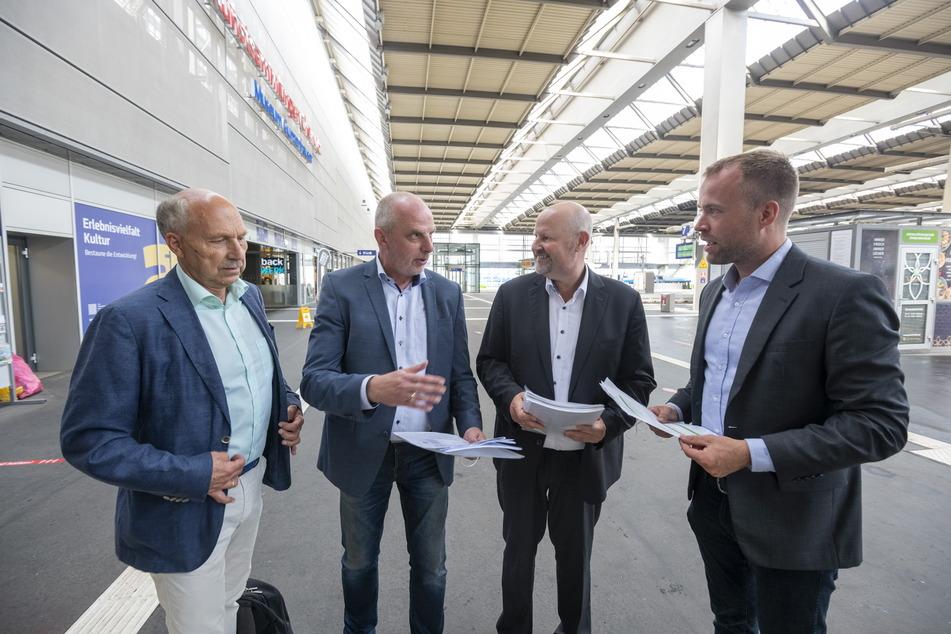 Bahnexperte Ottmar Haardt (v.l.), SPD-Abgeordneter Detlef Müller (56) und die DB-Vertriebsleiter Friedemann Keßler und Danny Berger bei der Besichtigung am Mittwoch.