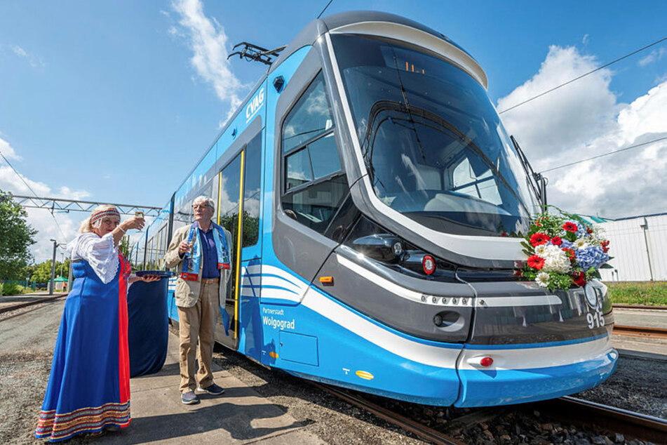 """Ex-OB Eberhard Langer (87) und Natalia Schaudert vom Kultur- und Integrationszentrum """"Kolorit"""" taufen die Skoda-Bahn."""