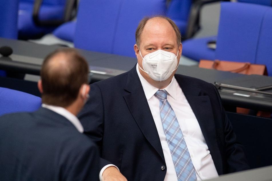 Laut Kanzleramtschef Helge Braun (48, CDU) könnte es möglicherweise bald strengere Test-Regeln für Reiserückkehrer geben.