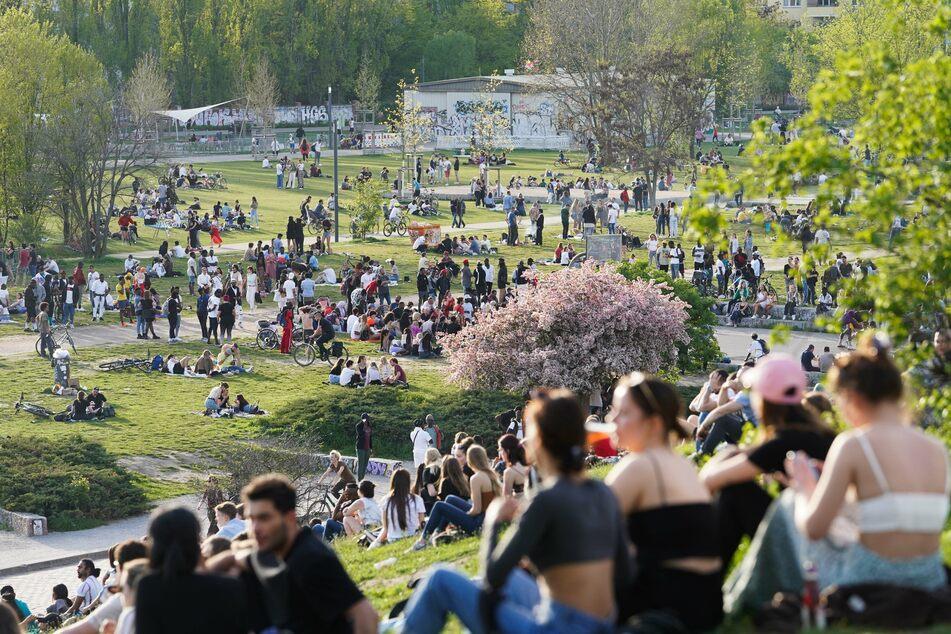 Zahlreiche Menschen genießen das frühsommerliche Wetter im Mauerpark. Dennoch hielt sich der Großteil der Berliner an die Corona-Regeln.