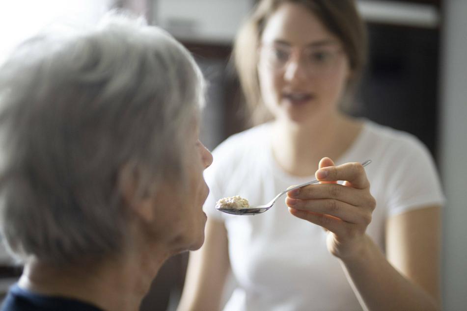 Fachkräfte für die Altenpflege werden händeringend gesucht.