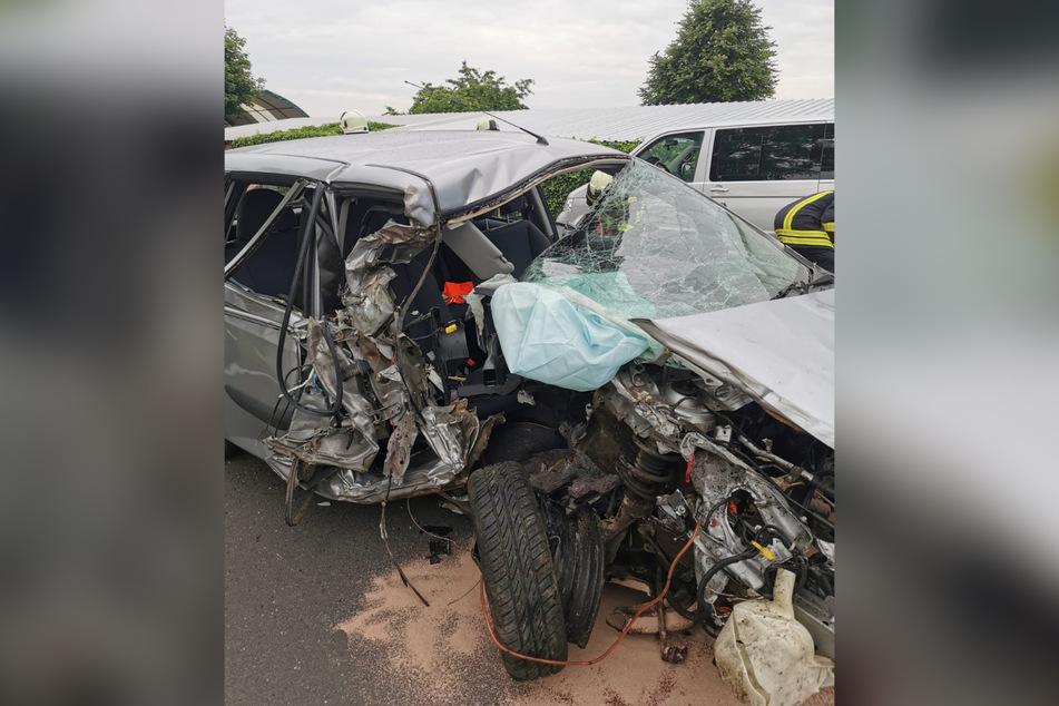 Das Auto wurde bei dem Unfall am Donnerstagabend stark beschädigt.