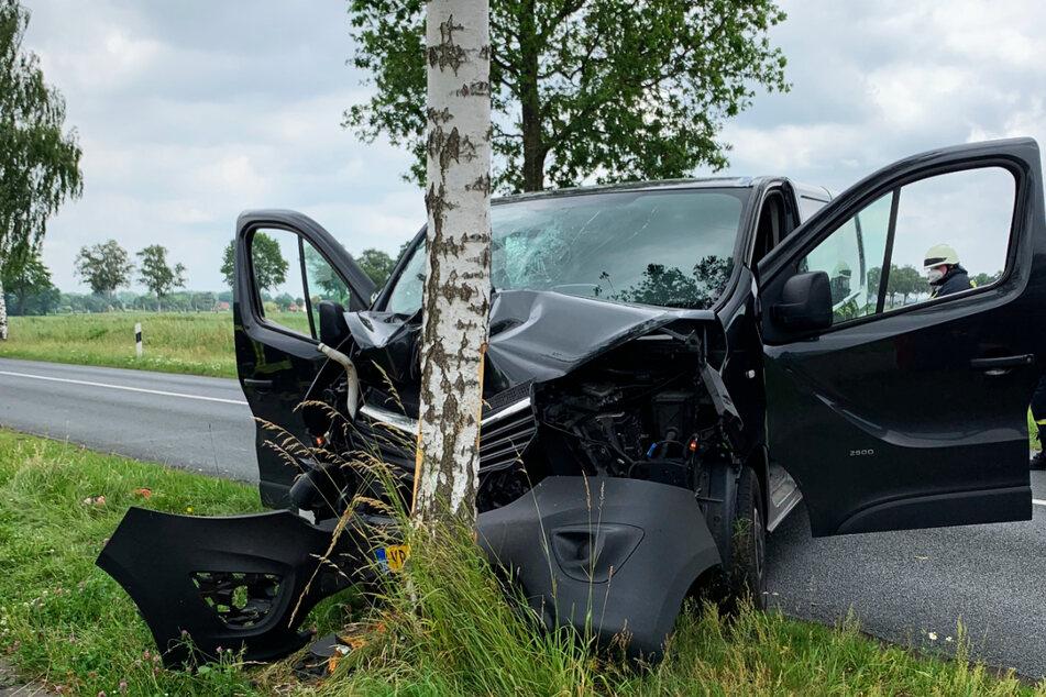 Das Auto wurde bei dem heftigen Unfall total beschädigt.