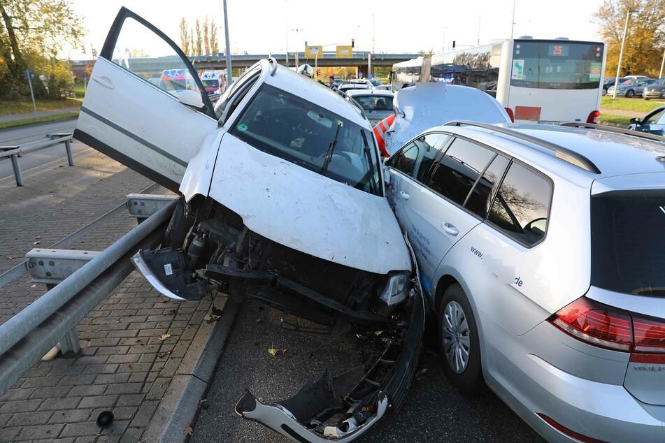 Der VW Passat (l.) krachte im Gegenverkehr in einen VW Golf und blieb schräg auf einer Leitplanke stehen.