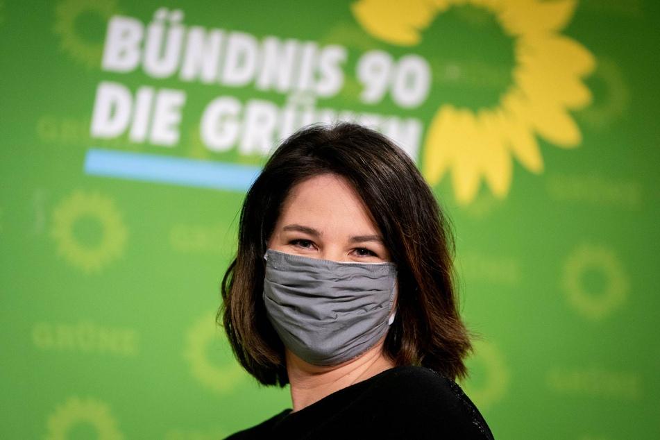 Mit Mund-Nasenschutz kommt Annalena Baerbock, Bundesvorsitzende von Bündnis 90/Die Grünen, nach den Gremiensitzungen ihrer Partei zur Pressekonferenz in der Parteizentrale.