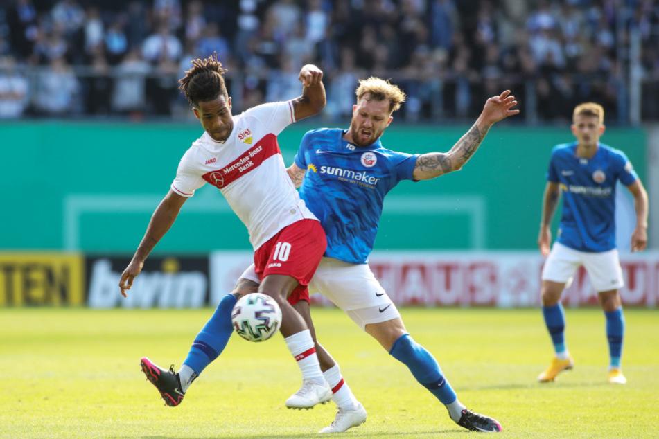 Rostocks Jan Löhmannsröben (r.) mit VfB-Mittelfeldmann Daniel Didavi im Kampf um den Ball.