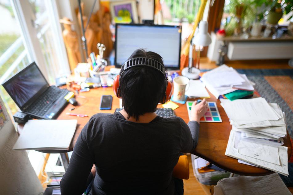 Virtueller Schulterblick: Überwachung am Arbeitsplatz kann Leistungsanreize auch unwirksam machen. (Symbolbild)