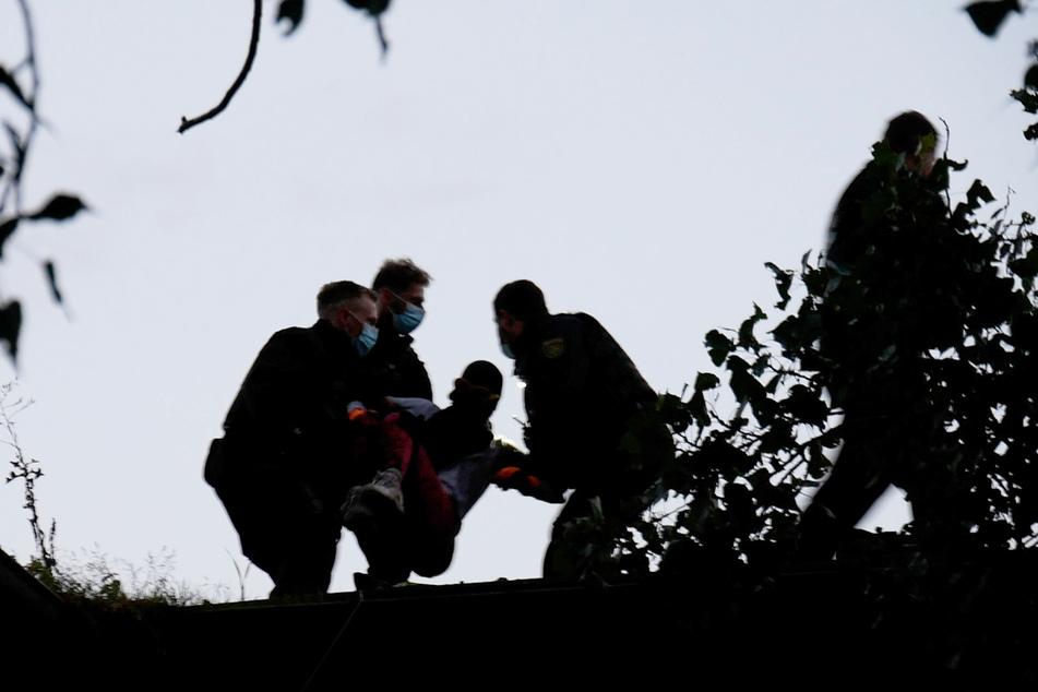 Mehrere Beamte holten die Besetzer vom Dach des Hauses.