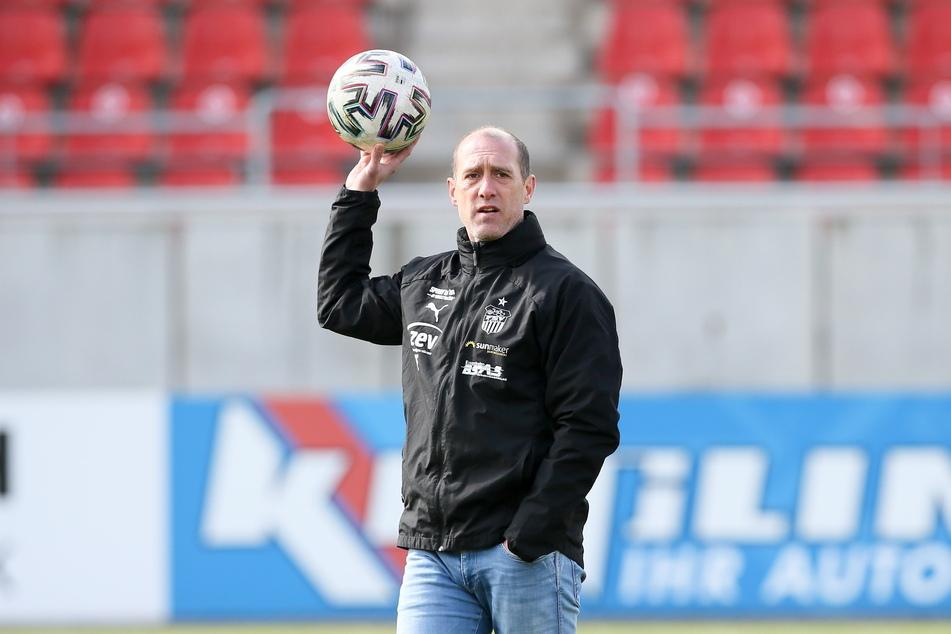 Trainer, Kriminalist, Reiseleiter: Joe Enochs (49) ist beim FSV immer am Ball.