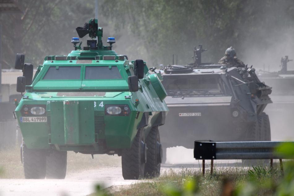 Gepanzerte Fahrzeuge von Polizei und Bundeswehr bei einer länderübergreifenden Terrorabwehrübung im September 2019 in Brandenburg.