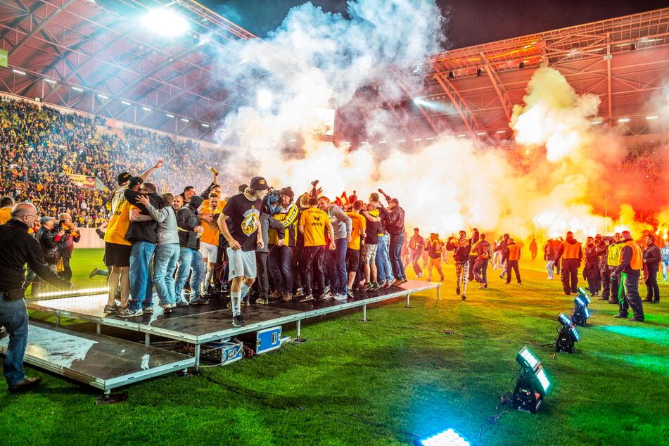 Nach dem Spiel in Magdeburg und dem feststehenden Aufstieg gab's nach der Rückkehr in Dresden eine spontane Aufstiegsfete.
