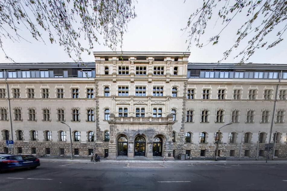 Spürhunde durchsuchten am Mittwochvormittag das Amtsgericht in Leipzig. Laut einer anonymen Anruferin war dort eine Bombe versteckt gewesen.