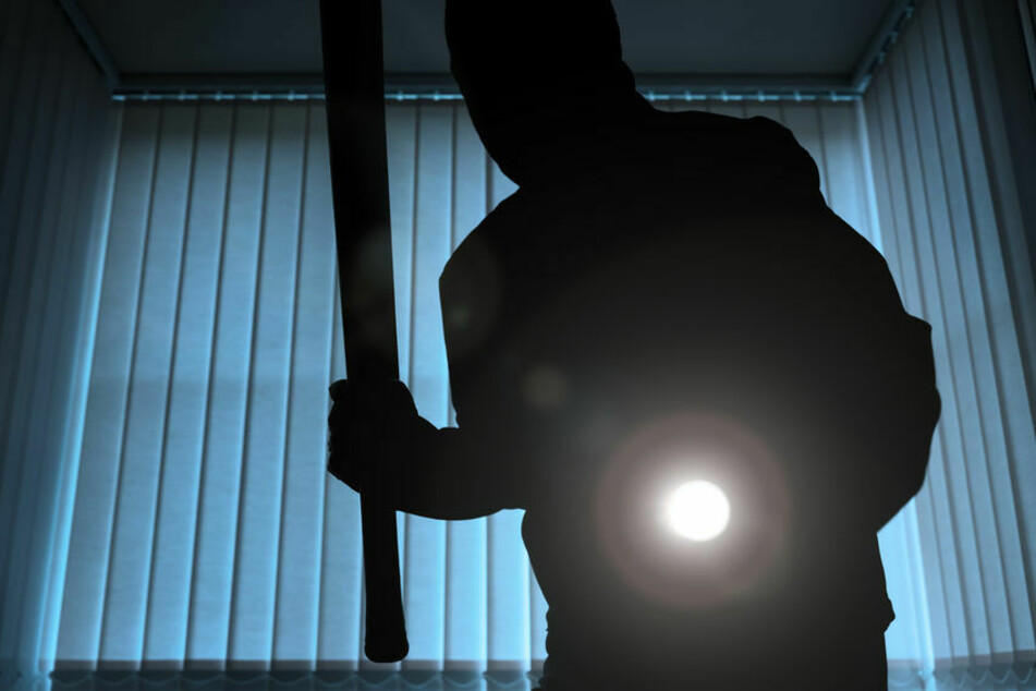 Ein Räuber drang in der Nacht in die Wohnung eines Senioren ein und verletzte ihn schwer. (Symbolbild)