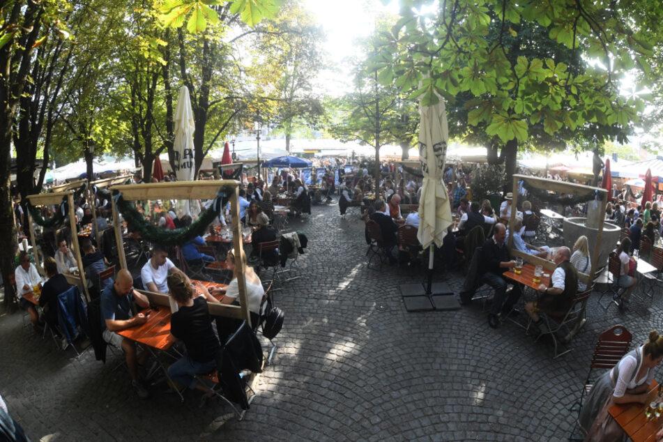 Ein Bild vom Biergarten am Viktualienmarkt am Samstag.