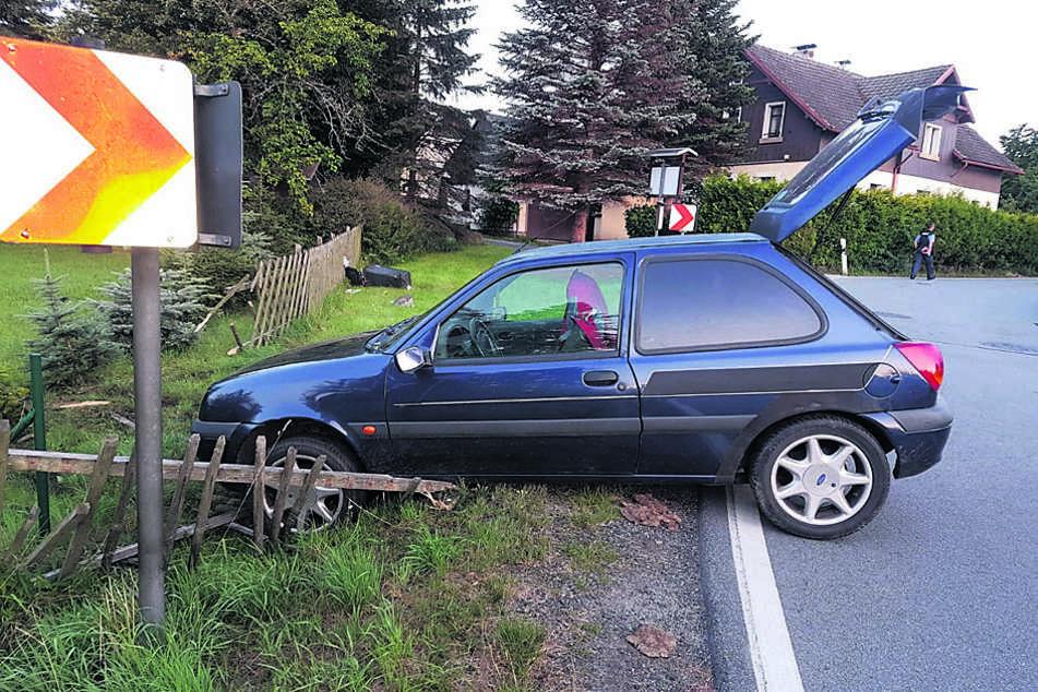 Kurve nicht gekriegt? Der Unfallwagen steht schwer beschädigt am Straßenrand.