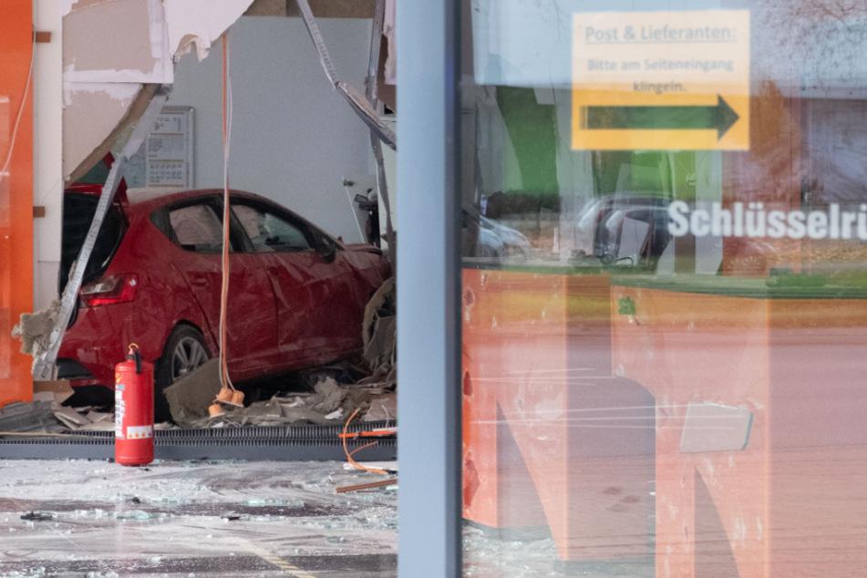 Das verunglückte Fahrzeug steht im hinteren Teil des Raumes.