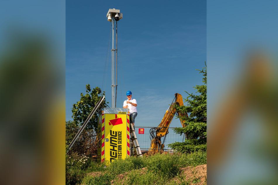 Schreckt Baustellen-Diebe ab: eine Kamera-Box von Mario Oehme (53) auf einer Baustelle in Höckendorf.