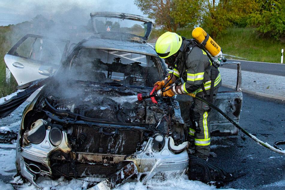 Plötzlich steht ein Mercedes auf der A4 in Flammen!