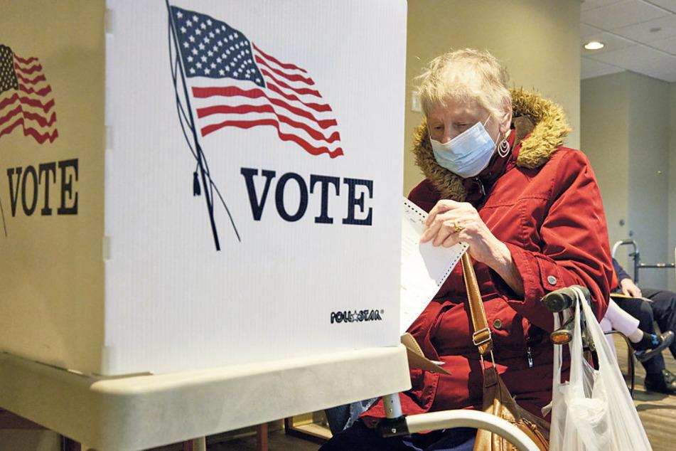 Eine Wählerin füllt ihren Wahlzettel bei der vorzeitigen Stimmabgabe aus: Eine Woche vor der Wahl haben so bereits mehr als 70 Millionen US-Amerikaner abgestimmt.