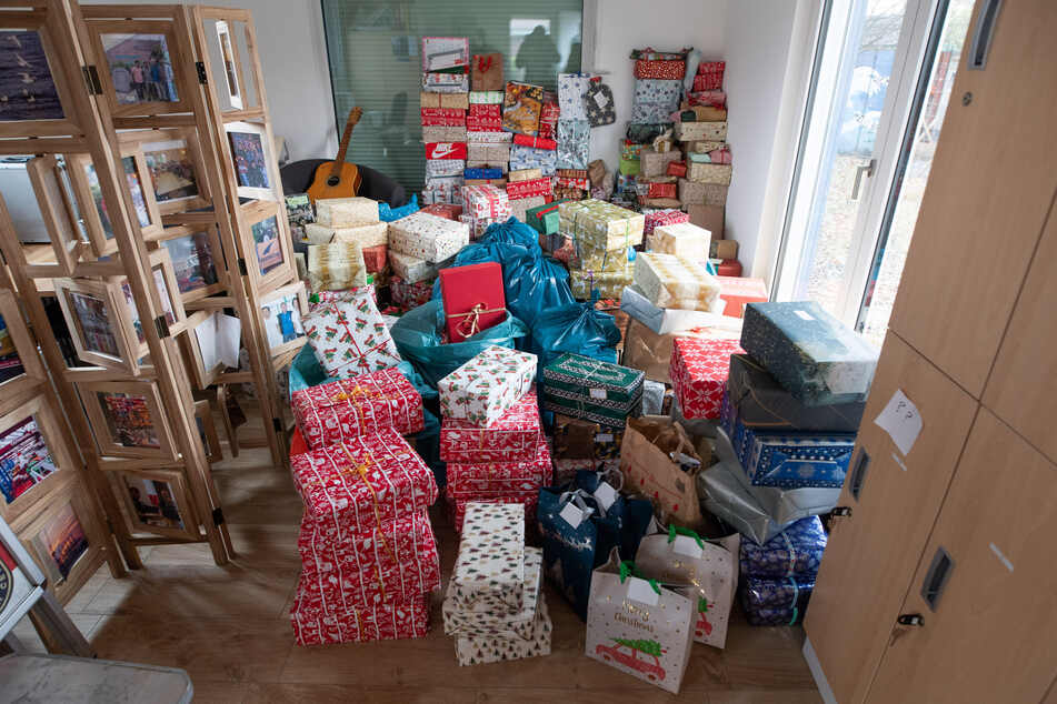 """Etliche Geschenke liegen in der Seefahrermission """"Duckdalben""""."""