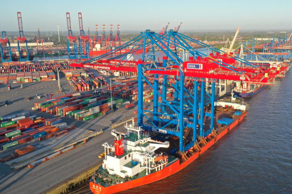 Angekommen im Hamburger Hafen: Die zwei Containerbrücken werden nun für ihren Einsatz vorbereitet.