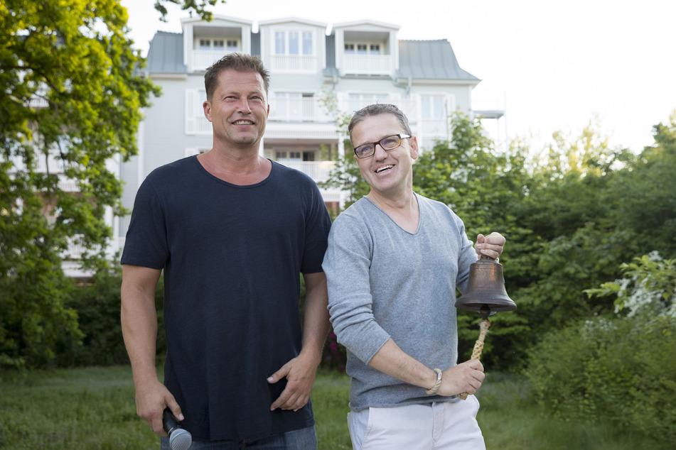 """Til Schweiger (l) und Hotel-Betreiber Mirko Stemmler bei der Eröffnung des neuen """"barefoot Hotel"""". Es war das erste Hotel des Schauspielers."""