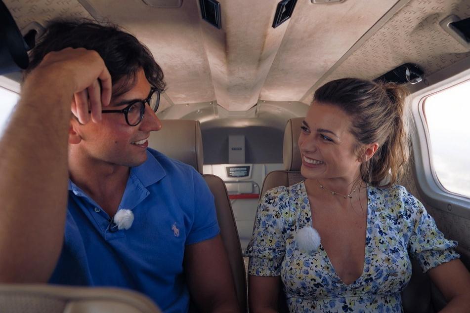 """Auf einem Rundflug funkt es zwischen Julian (27) und Maxime (26) Mit einem Kuss hat die """"Bachelorette"""" jedoch nicht gerechnet."""