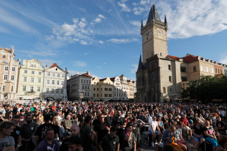 Beschäftigte aus der Musikindustrie haben sich zu einer Demonstration in der Altstadt versammelt.