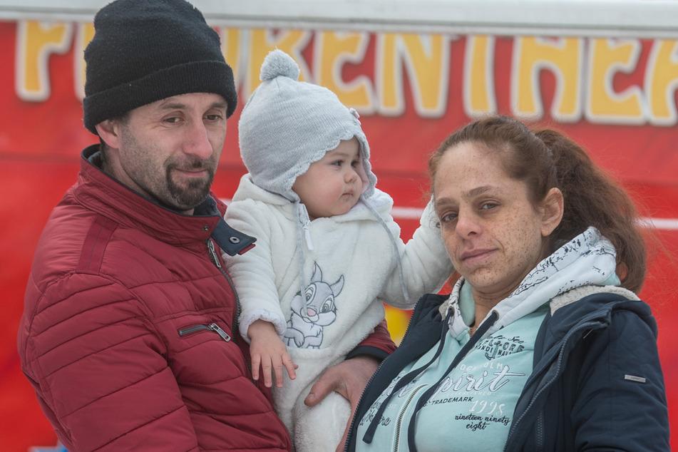 Alfred (37) und seine Frau Gina (36) erwarten ihr drittes Kind. Auf dem Arm: Nichte Lili (1).