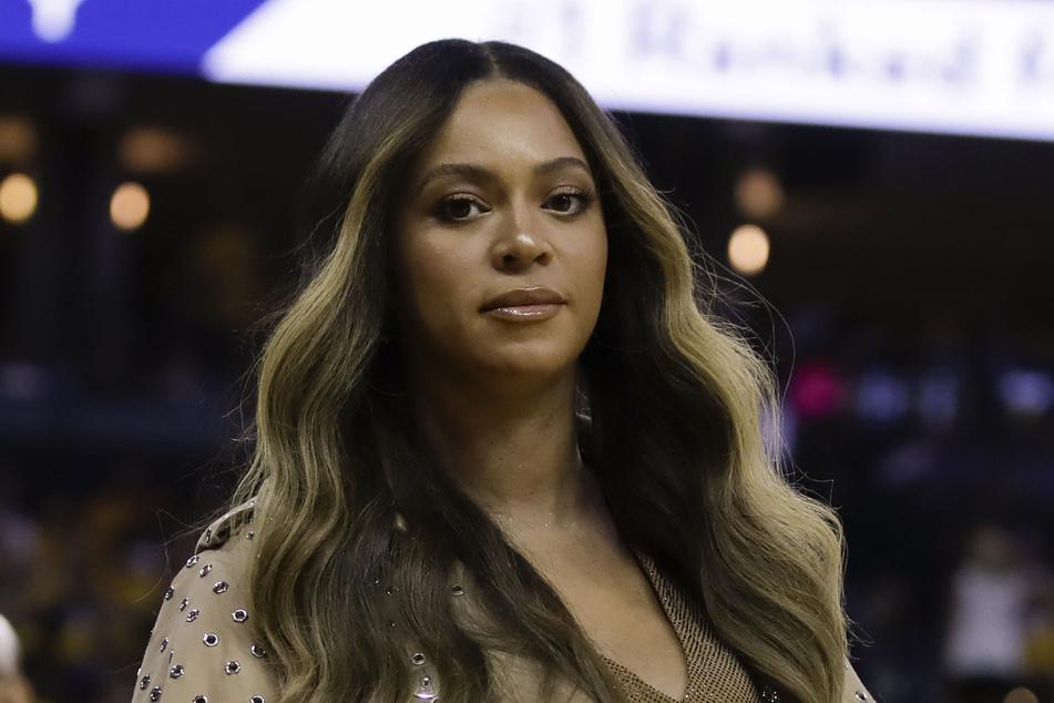 Sängerin Beyonce (39) geht während der ersten Hälfte von Spiel 3 der Basketball-NBA-Endrunde zwischen den Golden State Warriors und den Toronto Raptors in Oakland zu ihrem Platz.