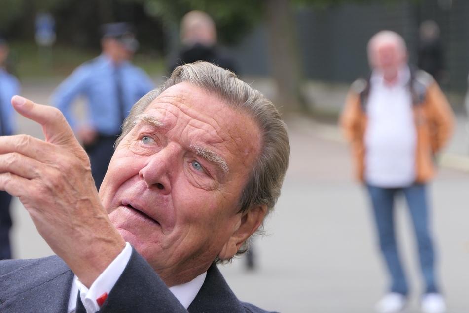 Gerhard Schröder (76) erinnerte sich an die Hilfsbereitschaft der Menschen aus der Region.