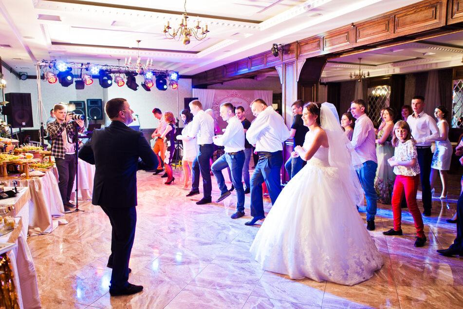 Eine Hochzeitsgesellschaft feiert ausgelassen. (Symbolbild)