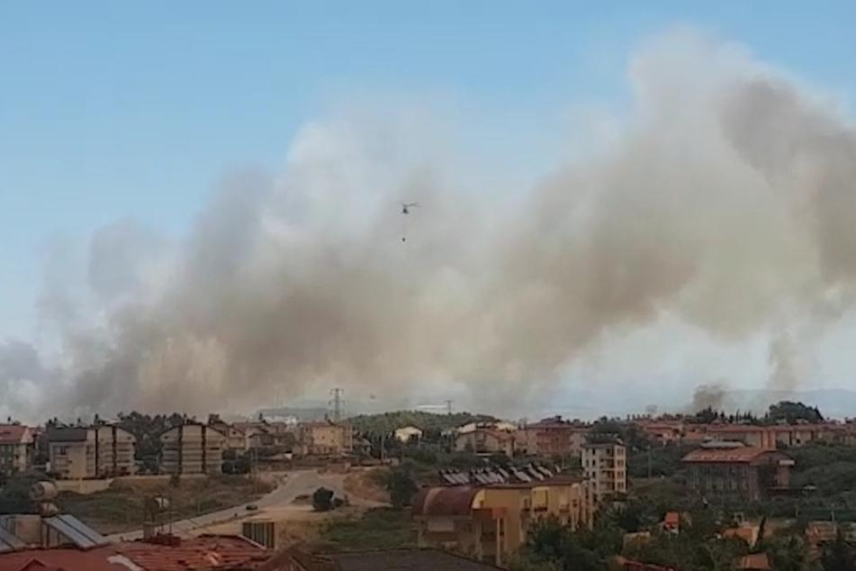 Winde trieben die Flammen und den Rauch der Waldbrände in Richtung der Wohnbezirke von Side, wie der Landrat des Bezirks Manavgat dem Sender CNN Türk sagte.
