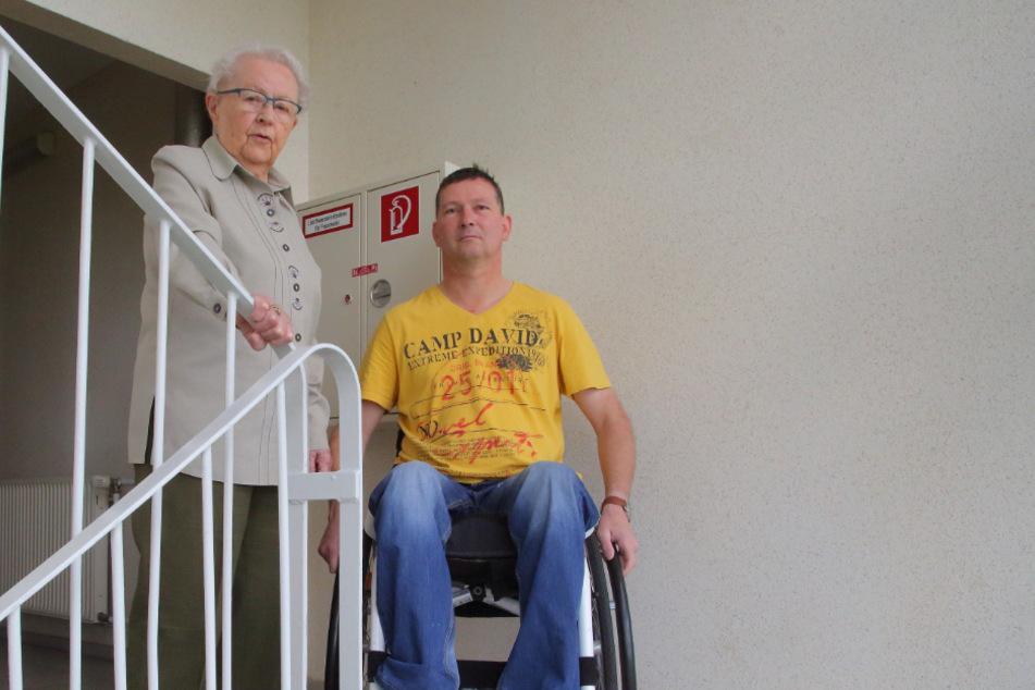 Hilfe für den Nachbarn auch im hohen Alter: Helga Meinert (92) kaufte Brot für Rollstuhlfahrer Jörg Czanderna (48) ein.