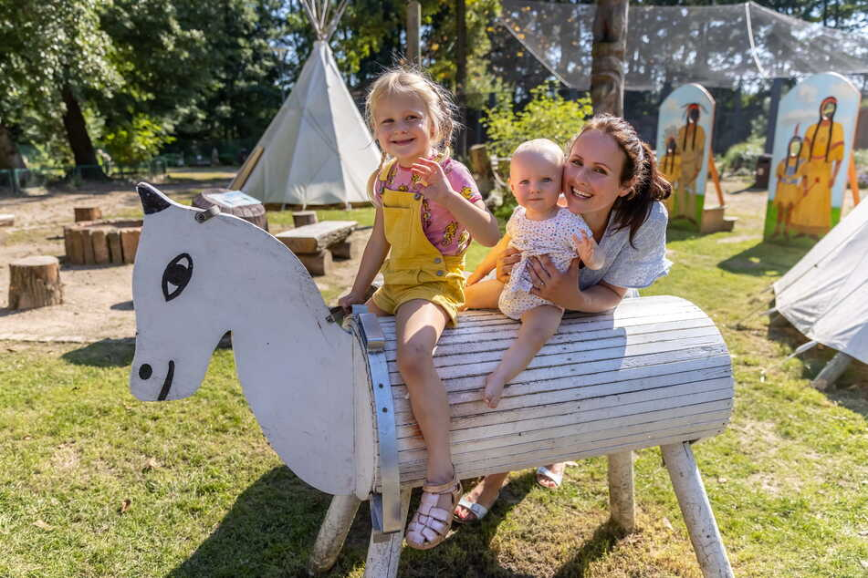 Julia Möller (32) tollt mit ihren Töchtern Leni (5) und Emmi (11 Monate) auf dem Inka-Spielplatz herum.