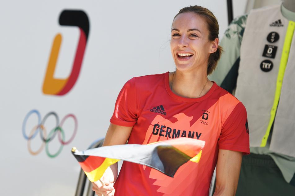 Die Leichtathletin Alexandra Burghardt freut sich bei der Einkleidung eines Teils des deutschen Olympia-Teams sichtlich.