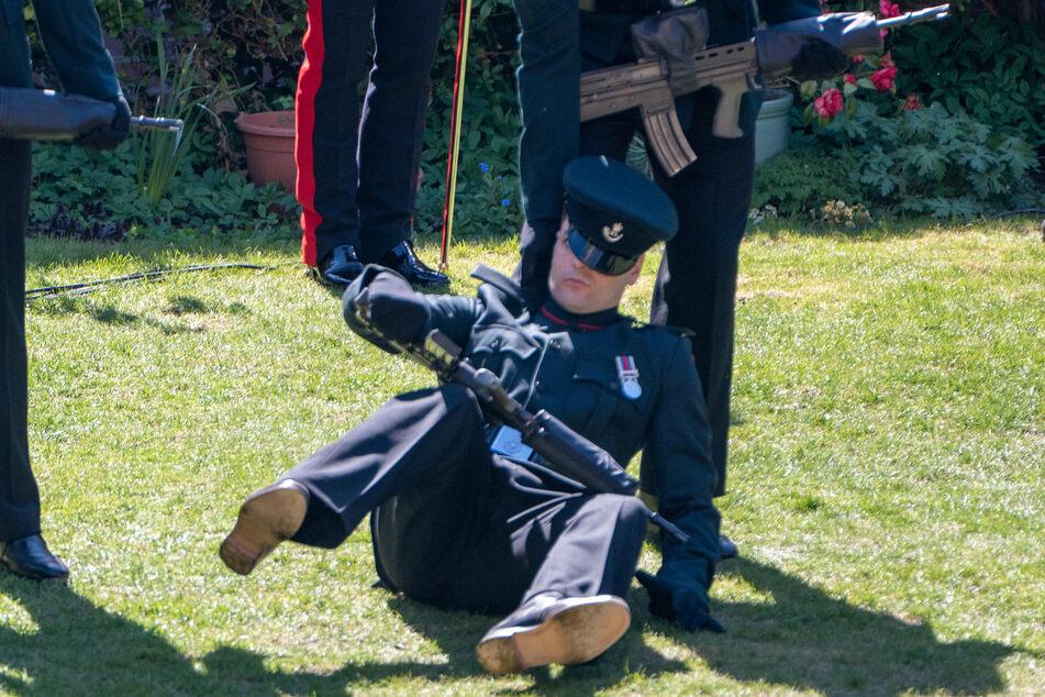 Ein Soldat kippte während der stundenlangen Zeremonie zur Beisetzung von Prinz Philip (†99) um.