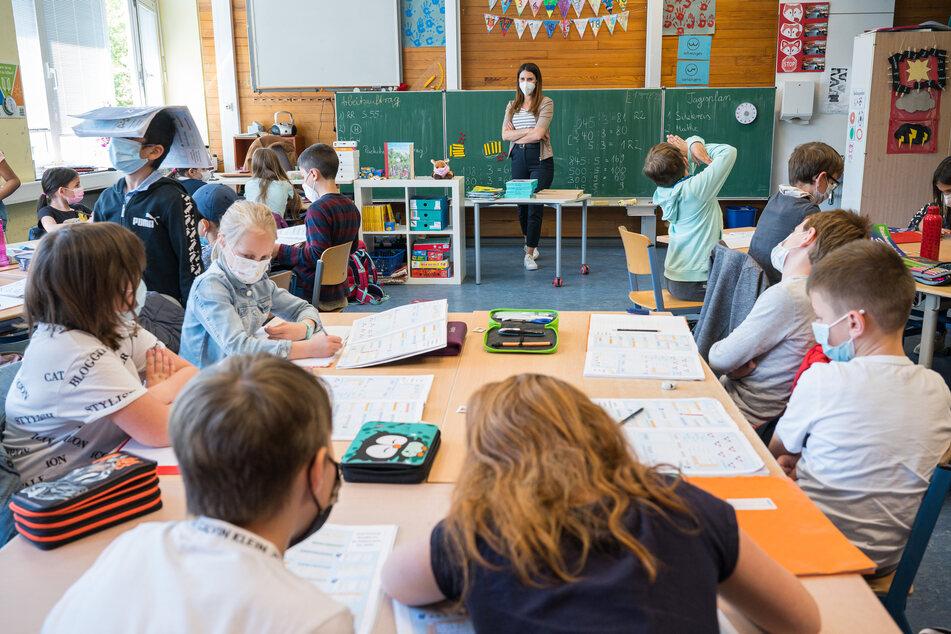 Saarland, Saarbrücken: Lehrerin Caroline Heckert unterrichtet die Klasse 3.1 der Grundschule Rodenhof in Saarbrücken.