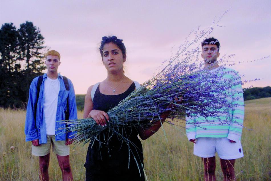 Parvis (l., Benjamin Radjaipour), Banafshe (M., Banafshe Hourmazdi) und Amon (Eidin Jalali) verbringen einen gemeinsamen Sommer voller Höhen und Tiefen.