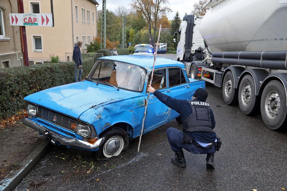Vor dem Unfall war der Oldtimer noch etwa 5000 Euro wert - nun ist das Schmuckstück sichtbar demoliert.