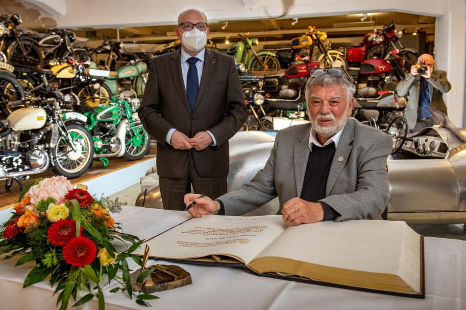 Frieder Bach trägt sich im Beisein von OB Sven Schulze (49, SPD) in das Goldene Buch der Stadt ein.