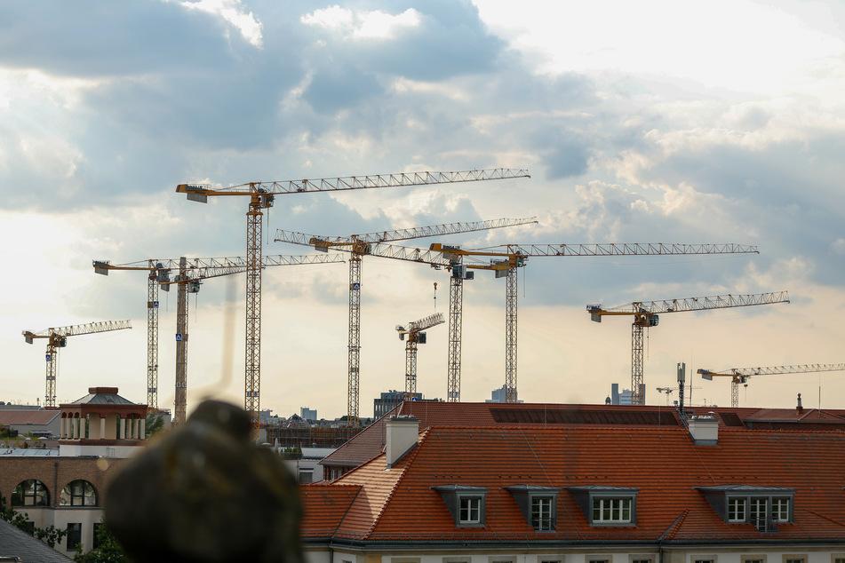 Aussicht vom Dach des Bode-Museums auf die Dächer Berlins und zahlreiche Baukräne. Die Bauindustrie in Deutschland hat in der Corona-Krise ihr Umsatzwachstum fortgesetzt.