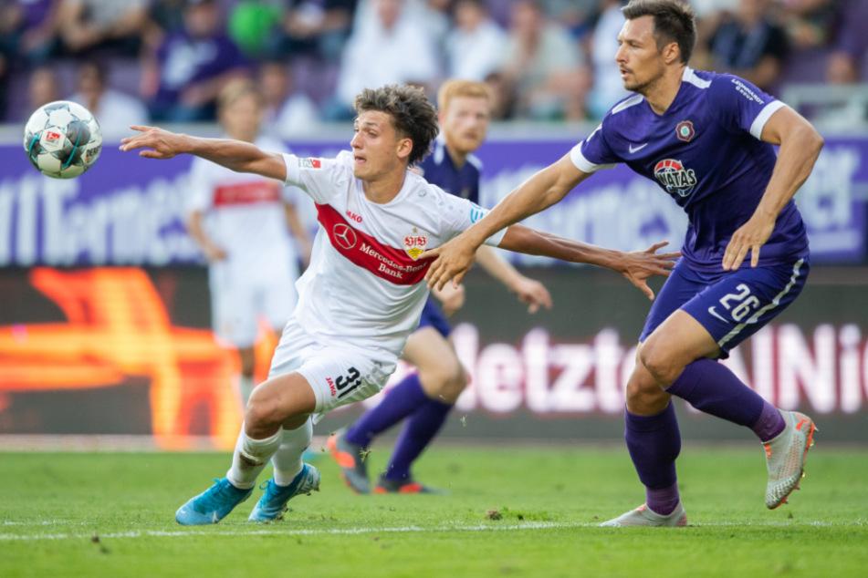 4. Spieltag, im Erzgebirgsstadion: Stuttgarts Mateo Klimowicz (l) gegen Aues Sören Gonther. Die Partie endete 0:0.