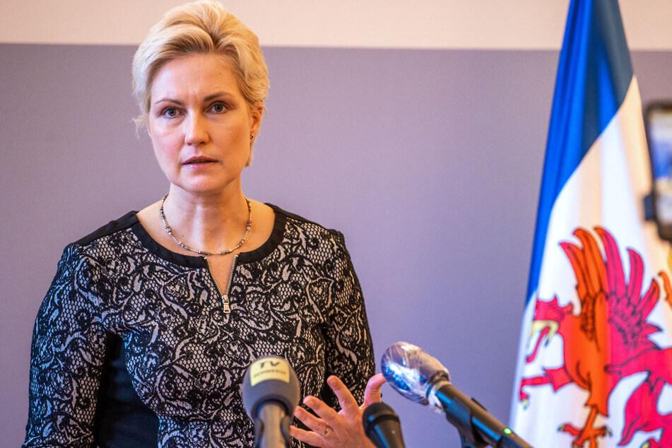 Mecklenburg-Vorpommern, Schwerin: Manuela Schwesig (46, SPD), Ministerpräsidentin von Mecklenburg-Vorpommern, beantwortet Medienanfragen nach der Video-Kabinettssitzung der Landesregierung.