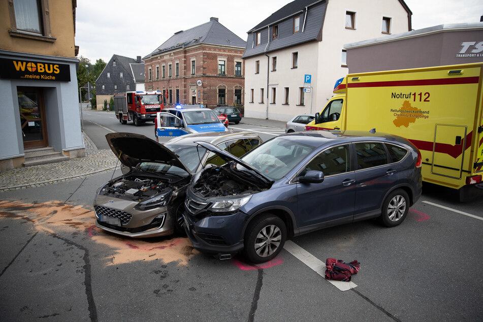 Kreuzungscrash auf der Chemnitzer Straße (B95) in Ehrenfriedersdorf: Am Donnerstagabend krachten ein Honda und ein Ford zusammen.