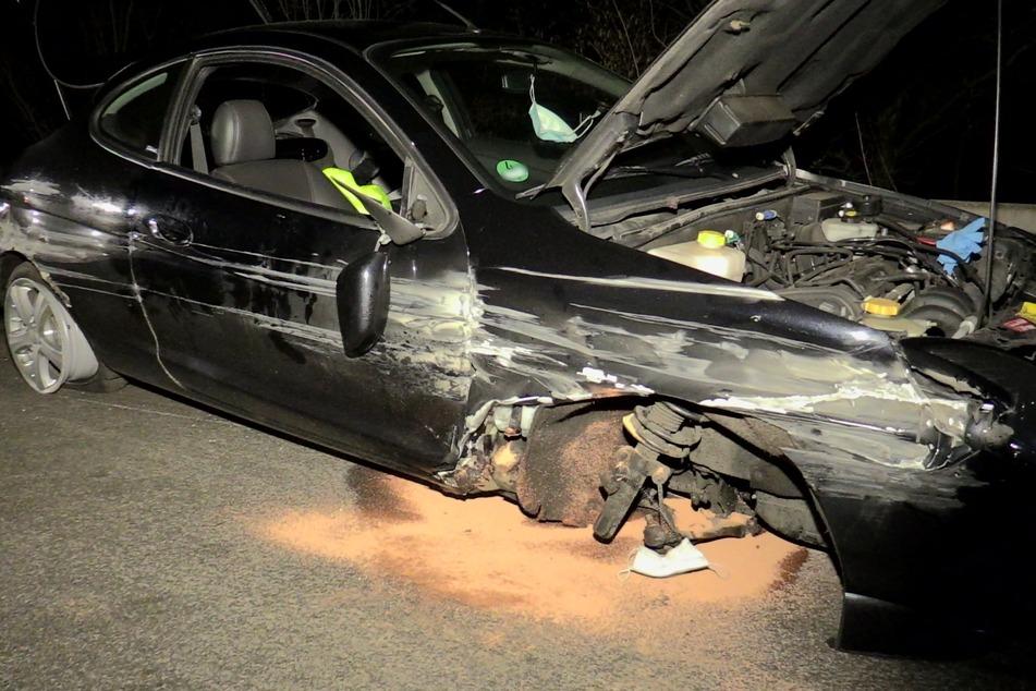Unfall A46: Vorderrad abgerissen: Ford prallt gegen Autobahn-Leitplanke, Fahrer verletzt