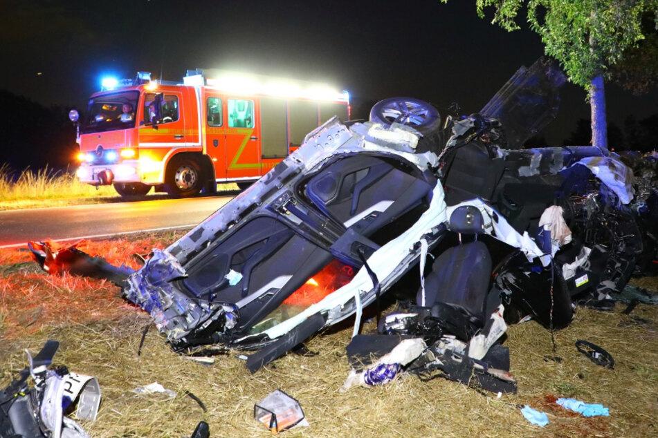 Audi mit drei Personen kracht gegen Baum: Fahrer bei Unfall schwer verletzt